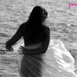 девушка с тканью у моря